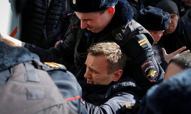 Kết quả hình ảnh cho Ông Alexei Navalny bị cảnh sát bắt giữ trong cuộc biểu tình