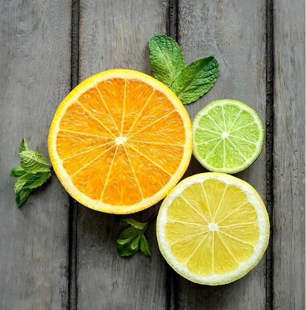 Chanh tươi với thành phần giàu vitamin C rất tốt cho quá trình làm hồng nhũ hoa